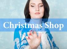 Boutique de Noël écrite sur l'écran virtuel concept de technologie de célébration dans l'Internet et la mise en réseau Femme deda Photographie stock libre de droits