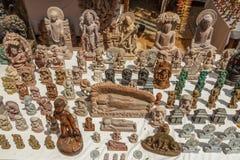 Boutique de rue avec les sculptures classées multi en Bouddha et d'autres statues ou sculptures et oeuvres d'art faites face mult Photos libres de droits