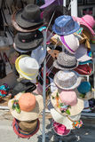 Boutique de rue de chapeau, Varna, Bulgarie Photos libres de droits