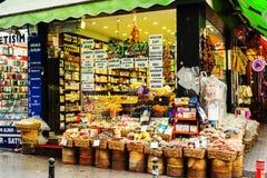 Boutique de rue de thés et d'épices à Istanbul image stock