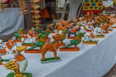 Boutique de rue vendant les jouets en céramique peints fabriqués à la main du perroquet, éléphant, cheval, lapin Inde de Chennai  Image libre de droits