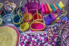 Boutique de rue vendant les sacs en bambou fabriqués à la main, bourse, plats, boîte Inde de Chennai le 25 février 2017 Photos libres de droits