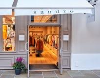 Boutique de Sandro en el pueblo de Vallee del La foto de archivo