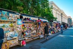 Boutique de souvenirs ? l'?glise du sauveur sur le sang renvers? ? St Petersburg, Russie photo stock