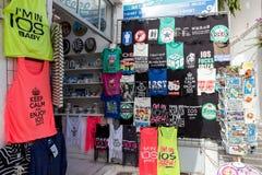 Boutique de souvenirs dans l'IOS méditerranéen célèbre d'île, Grèce Image stock