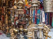 Boutique de souvenirs de Nepali se spécialisant en métal Images libres de droits