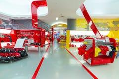 Boutique de souvenirs en monde de Ferrari Photo stock