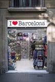Boutique de souvenirs de touristes extérieure dans le barcelon de centre-ville de ramblas Images stock
