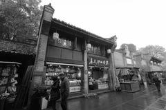 Boutique de spécialités locale dans la rue antique de jinli célèbre, image noire et blanche images stock