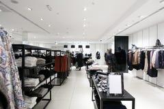 Boutique de vêtements toute neuve européenne photographie stock