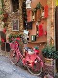 Boutique de vin dans la ville médiévale de Montefalco en Italie photo stock