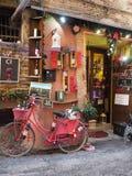Boutique de vin dans la ville médiévale de Montefalco en Italie photographie stock