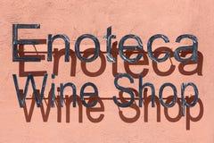 Boutique de vin, dans le signe italien en métal d'enoteca Photos libres de droits