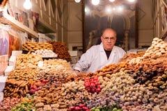 Boutique des fruits exotiques montrés sur un marché à Marrakech, Maroc image stock
