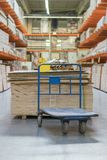 boutique des matériaux de construction Supports avec les conseils, le bois et les matériaux de construction photographie stock libre de droits