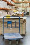 boutique des matériaux de construction Supports avec les conseils, le bois et les matériaux de construction Conseils emballés dan photo libre de droits