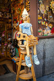 Boutique en bois de jouet de vintage avec le dool de Pinocchio exposé sur l'avant dans le mA Images stock