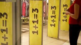 Boutique entrante de fille Promotion des ventes trois la grande jaune se connecte les portes magnétiques d'entrée de boutique Con banque de vidéos