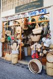 Boutique grecque avec les souvenirs faits main pour des touristes Images libres de droits