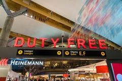 Boutique hors taxe à l'aéroport international d'Oslo Gardermoen L'aéroport d'Oslo Gardermoen est le plus grand aéroport en Norvèg Photographie stock libre de droits