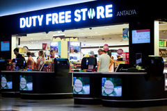 Boutique hors taxe dans l'aéroport international Photographie stock libre de droits