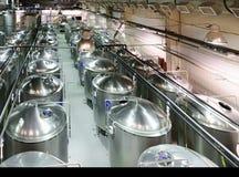 Boutique industrielle avec beaucoup de réservoirs en métal Photos stock