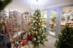 Boutique lumineuse avec des arbres de Noël, des jouets, la guirlande et tout autre décor Photographie stock libre de droits