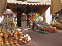 Boutique marocaine avec des souvenirs photos stock