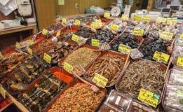 Boutique sèche de poissons sur le marché de Nishiki Images stock