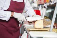 Boutique supérieure de Slicing Cheese In de vendeur Images libres de droits