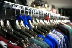 Boutique van kleren De kleding in boutique weegt op hangers Horizontale foto stock foto