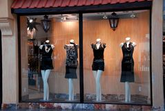 Boutique window. With dressed mannequins Royalty Free Stock Photos