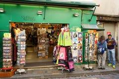 Boutique y dibujante en Montmartre Imagenes de archivo