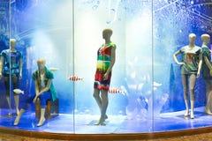 Boutiquefönster av modeklädlagret arkivfoton