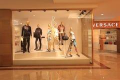 Boutiquefönster, modeklädlager Arkivfoton