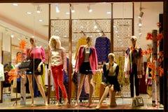 Boutiquefönstret, modeklädlagret, modelagerfönster i shoppinggallerian, klänning shoppar fönstret som tas på natten Arkivbilder
