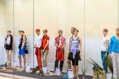 Boutiquemodeskyltdockor av mode shoppar skärm Arkivbilder