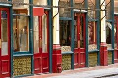 Boutiques anglaises de vintage sur une rue du marché Images stock