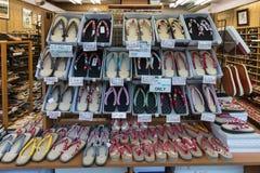 Boutiques avec les chaussures japonaises photos libres de droits
