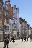 Boutiques bond da rua, rua de negócios de forma pequenos famosos Imagem de Stock