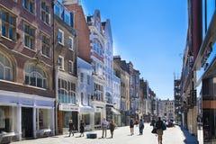 Boutiques bond da rua, rua de negócios de forma pequenos famosos Imagens de Stock