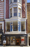 Boutiques bond da rua, rua de negócios de forma pequenos famosos Imagem de Stock Royalty Free