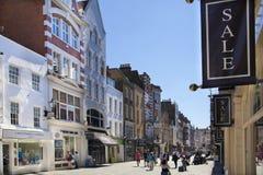 Boutiques bond da rua, rua de negócios de forma pequenos famosos Foto de Stock Royalty Free