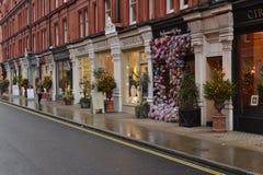 Boutiques dans des décorations d'arbres de Noël de rue de Londres Chiltern Photo stock