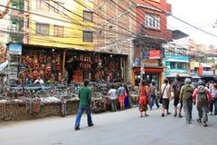 Boutiques de souvenirs sur la rue de Thamel à Katmandou Images stock