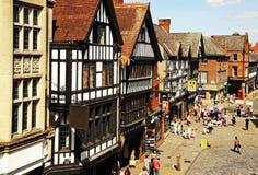 Boutiques de Tudor le long de rue d'Eastgate, Chester image stock