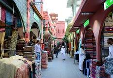 Boutiques de ville du Pakistan au village global Dubaï image libre de droits