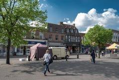 Boutiques et les gens sur St Peters Street à St Albans Photo libre de droits