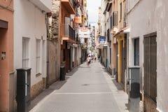 Boutiques et maisons près des rues étroites de Lloret de Mar Images stock