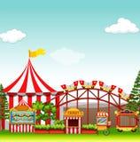 Boutiques et tours au parc d'attractions Image stock